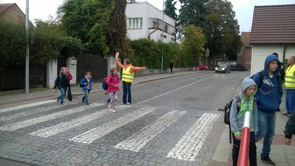 Pomocníci na přechodu pro chodce