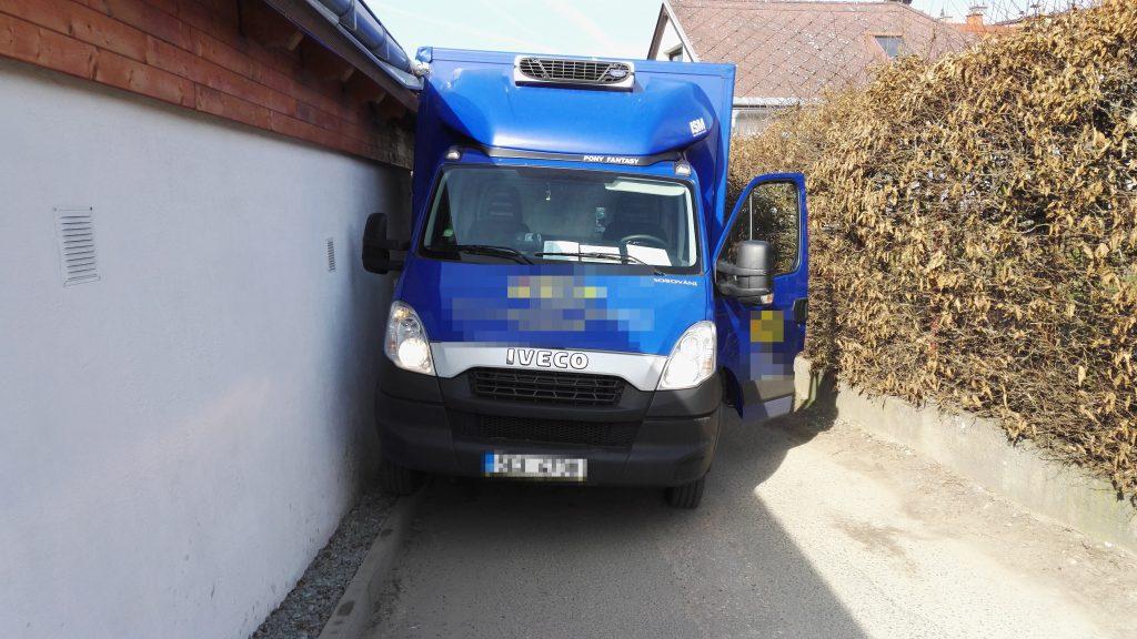 Dopravní nehoda nákladního vozidla v ulici Pod Zahrady