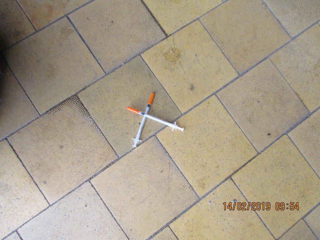Injekční stříkačky na nádraží